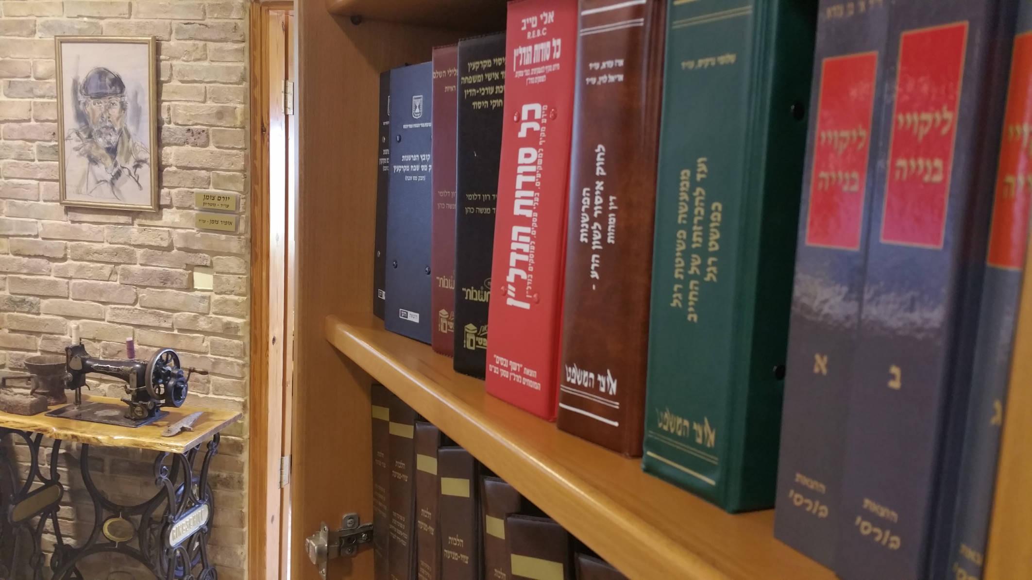 ספרי משפט על המדף במשרד