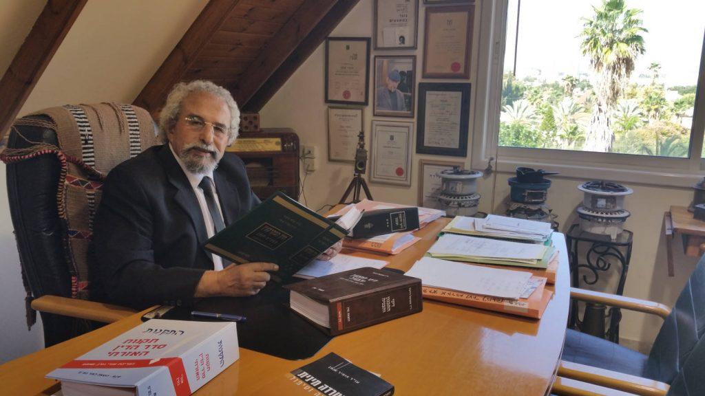 עורך דין יורם צומן במשרדו