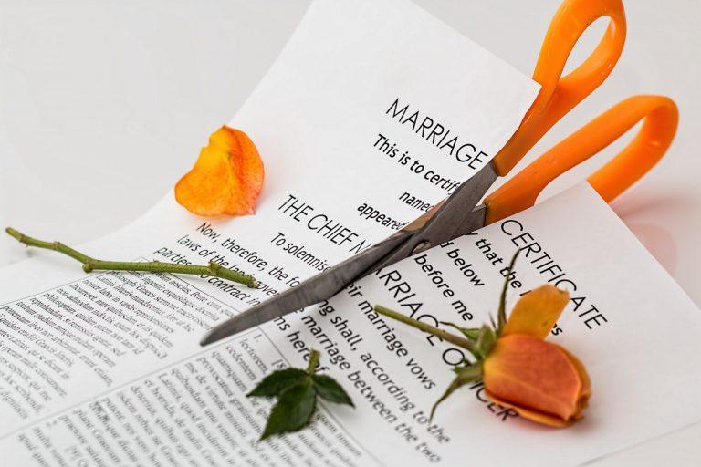 מספריים כתומות גוזרות ורד כתום וגם תעודת נישואין