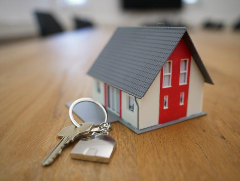 בית פלסטיק ליד צרור מפתחות